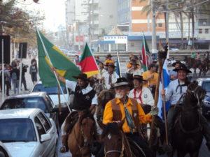 sr-iron-levando-a-chama-crioula-na-cavalgada-farroupilha-2013_ao-lado-do-prefeito-edson-piriquito_foto-anderson_beluzzo