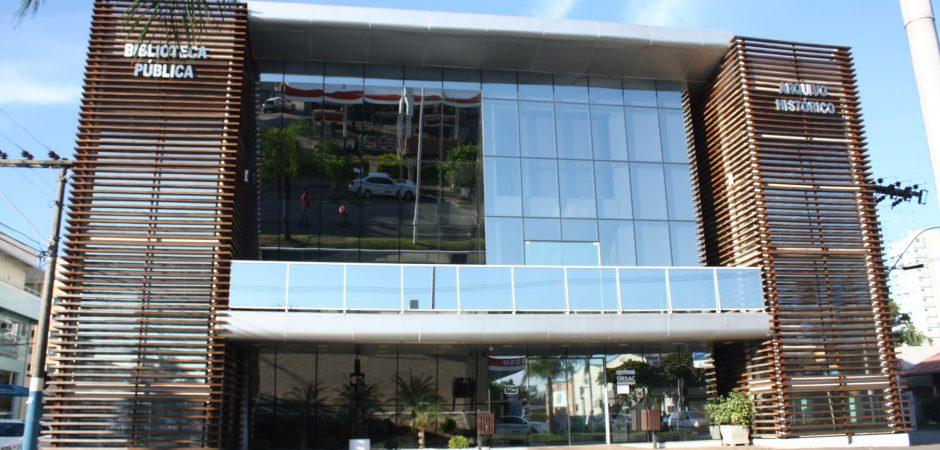 Acervo da Biblioteca Municipal é magnetizado e prédio recebe nova pintura