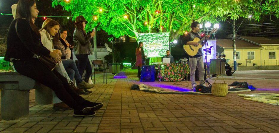 Programação especial na Praça do Pescador comemora os dois anos do Sarau da Tainha neste sábado