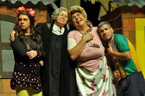 """Teatro Municipal Bruno Nitz recebe comédia """"Muito Além da Janela"""" nesta quinta-feira"""