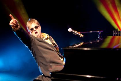 Teatro Bruno Nitz receberá os espetáculos Summer Dance Festival e Elton John Tribute
