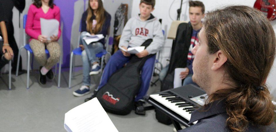 Músico ensina processo criativo para alunos do Projeto Oficinas