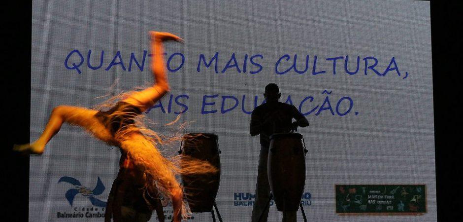 Talentos mirins apresentaram-se no Teatro Bruno Nitz na quarta-feira (15)