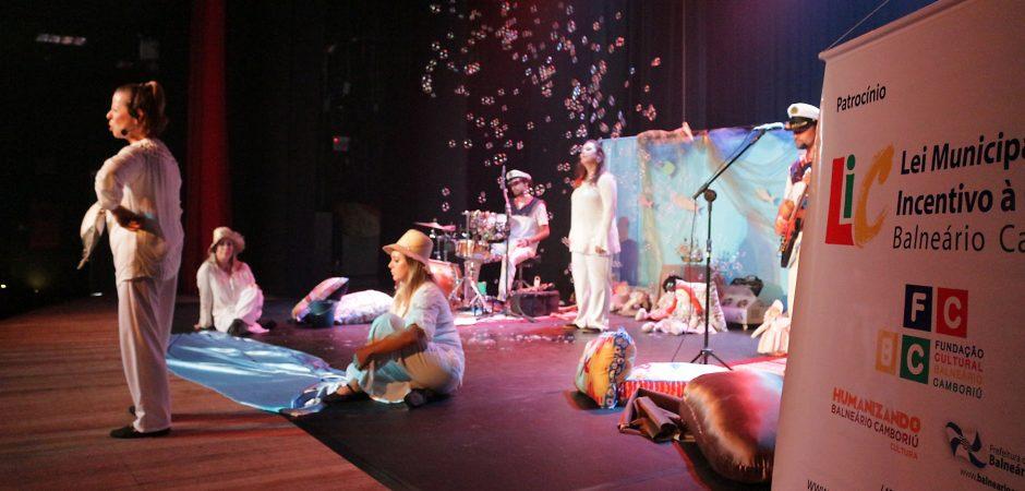"""Teatro Bruno Nitz recebe """"Pequenas canções que contam histórias"""""""