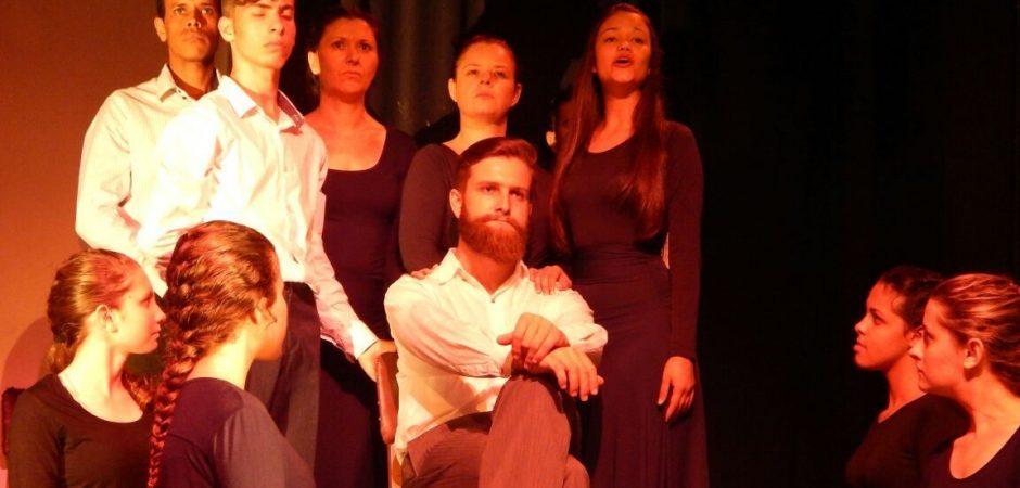 Teatro Municipal Bruno Nitz recebe dois espetáculos neste domingo