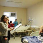 Coral percorre quartos e corredores do Hospital Municipal Ruth Cardoso levando esperança através da música