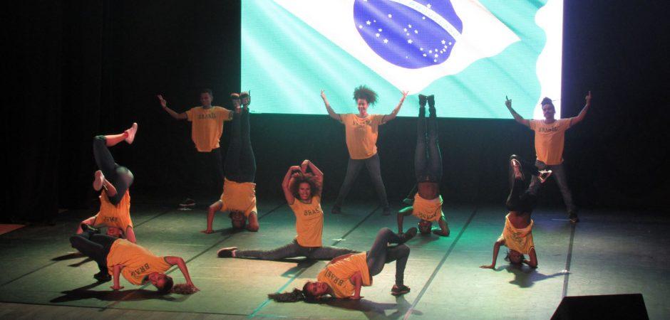 Teatro Bruno Nitz recebe espetáculo Summer Show nesta terça-feira