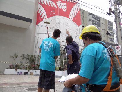Lateral do Teatro Municipal está ganhando painel artístico