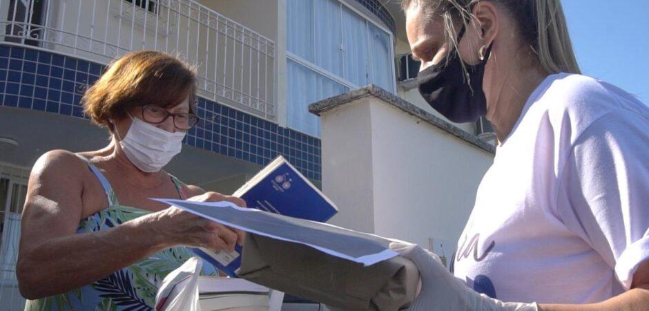 Idosos recebem livros em casa em Balneário Camboriú