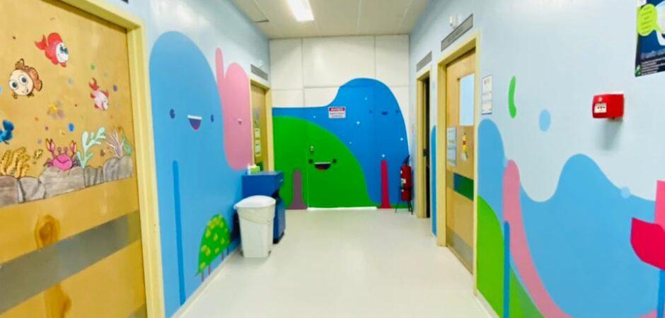 Artista finaliza obra de arte nas paredes da pediatria do Hospital Ruth Cardoso